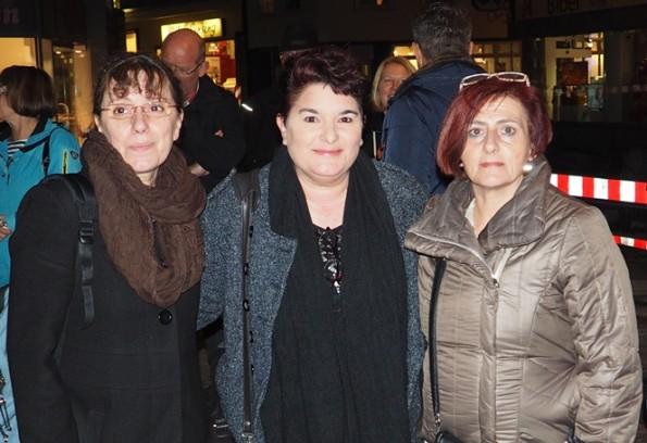 Luciana Martena, Ria Garcia und Claudia Gianviti am Mahnmal